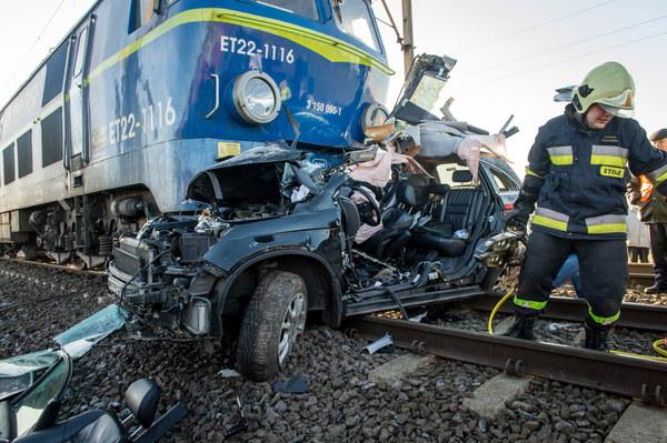 Pod pociąg towarowy wjechało auto osobowe, którym podróżowały dwie kobiety. Obie zginęły na miejscu.
