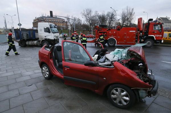 W zderzeniu samochodu ciężarowego i osobówki ranny został kierowca osobowego renault, strażacy musieli rozcinać auto aby go uwolnić.
