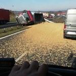 Wypadek na zakopiance. Przewróciła się ciężarówka ze żwirem [ZDJĘCIA]