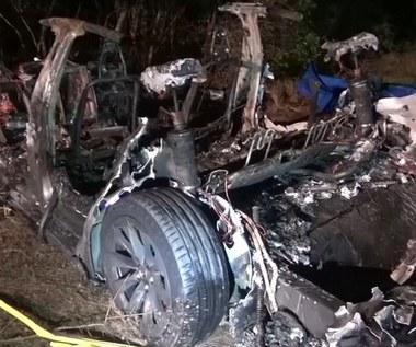 Wypadek Tesli. Dwóch mężczyzn spłonęło w samochodzie