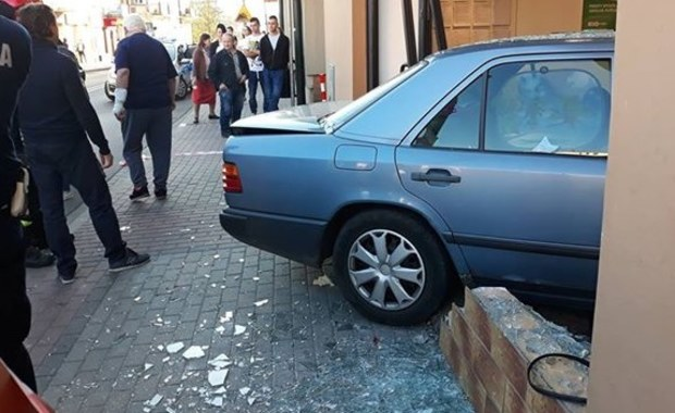 Wypadek w Sanoku. Auto wjechało w budynek banku