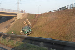 Wypadek z happyendem w Krakowie, ciężarówka zjechała ze skarpy