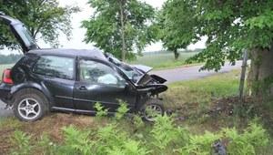 Wypadł z drogi i uderzył w drzewo. 32-latek zginął na miejscu