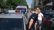 Wypadł z drugiego piętra i ranił nożem dwóch policjantów
