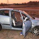 Wypadli z samochodu podczas dachowania. Jedna osoba nie żyje