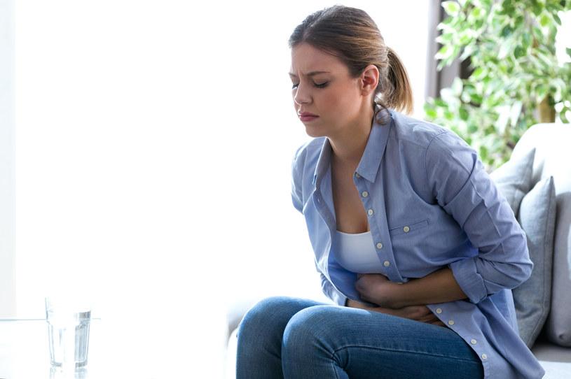 Wypalenie zawodowe może objawiać się m.in. bólem brzucha /123RF/PICSEL