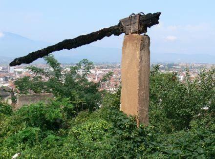Wypalona belka nad zniszczoną serbską dzielnicą w kosowskim mieście Prizren/Fot. Z. Szczerek /INTERIA.PL