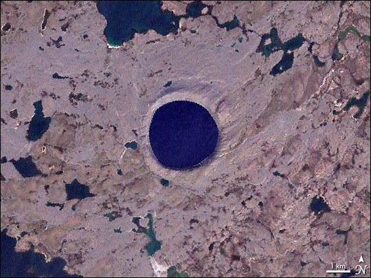 Wypełniony wodą krater Pingualuit w Kanadzie /NASA