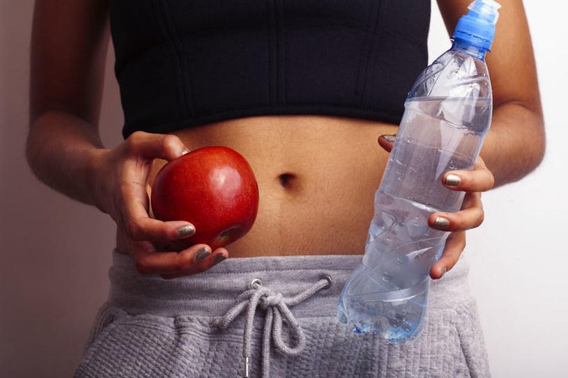 Wypijaj codziennie minimum 2 litry wody /123RF/PICSEL