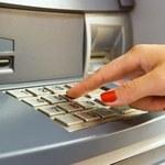 Wypłacając pieniądze z bankomatu, bądźmy ostrożni