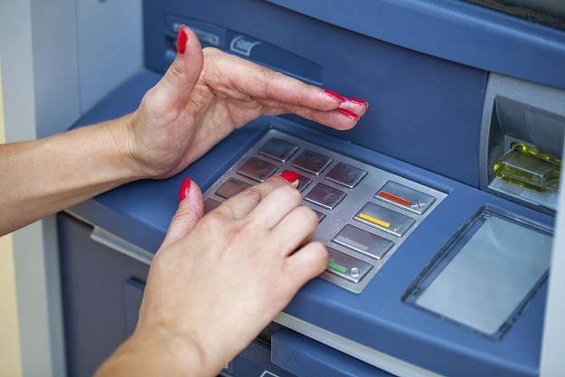 Wypłata pieniędzy z bankomatu może się wiązać z utratą wszystkich środków /©123RF/PICSEL