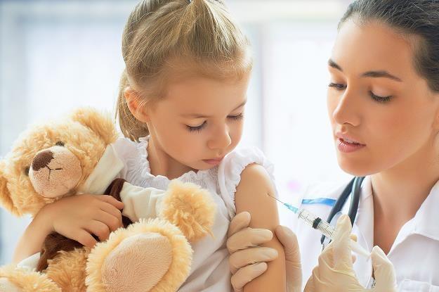 Wypłaty pieniędzy z 500 plus powinny być zależne od szczepień? /©123RF/PICSEL