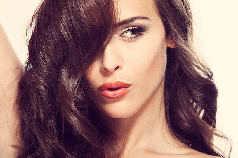 Wypłowiałe kosmyki warto ufarbować. Jednak koloryzacja zniszczonych i wysuszonych włosów wymaga ostrożności. Wybieraj farby, które zawierają naturalne składniki, np. jogurt /123RF/PICSEL