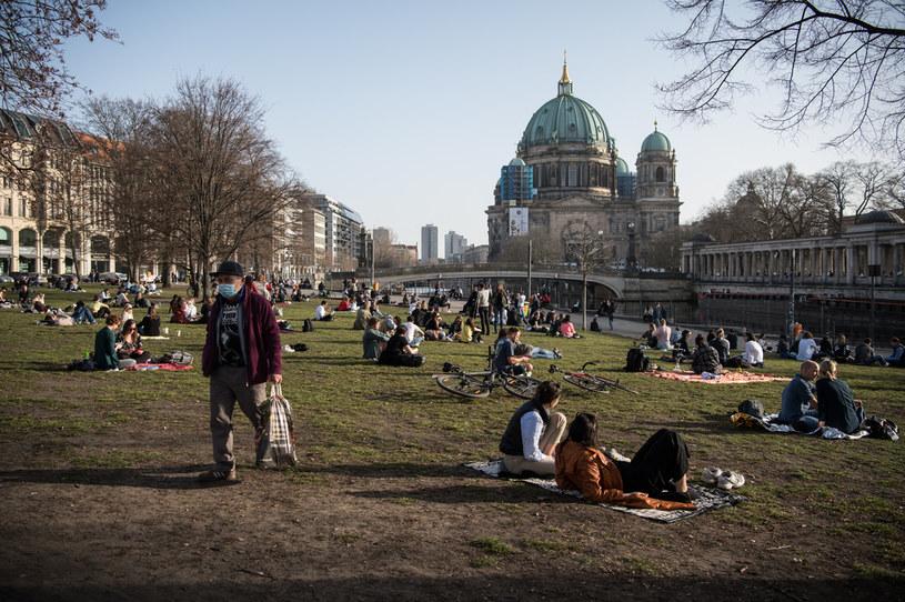 Wypoczywający mieszkańcy Berlina /AFP