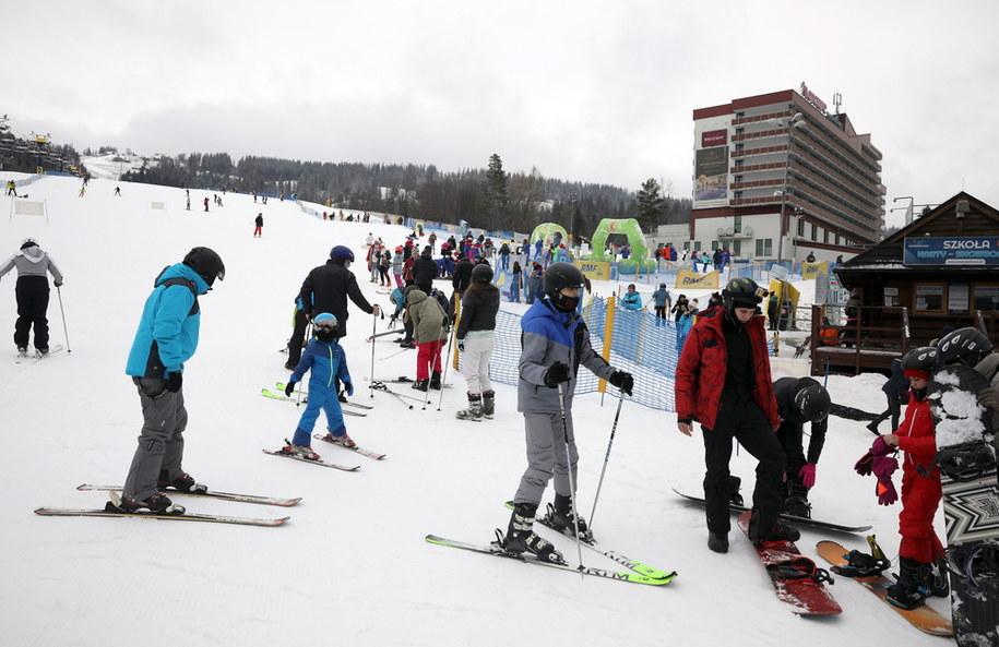 Wypoczywający w święta w Tatrach turyści i narciarze na Polanie Szymoszkowej / Grzegorz Momot    /PAP