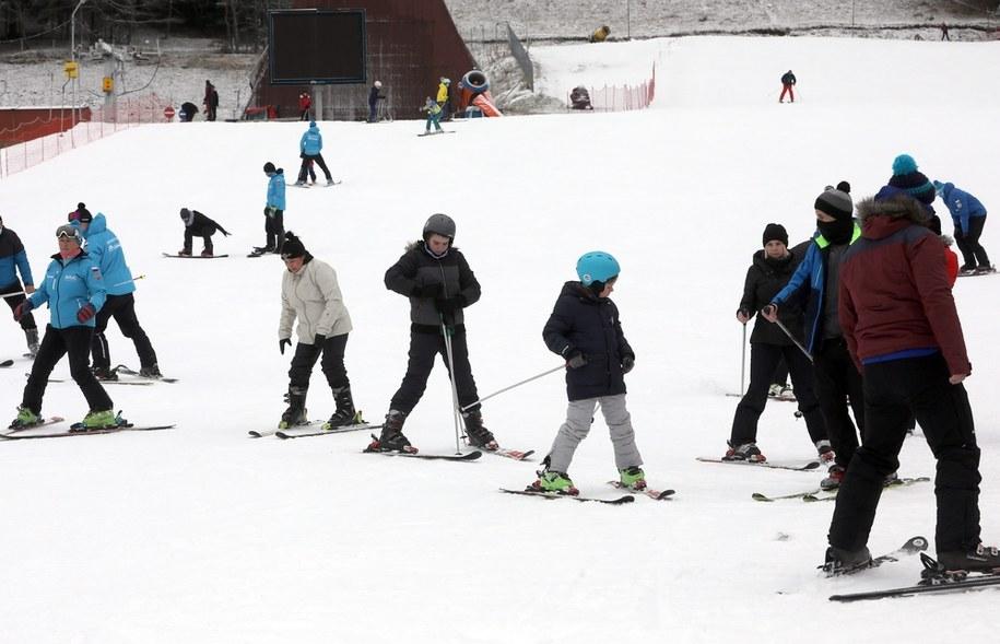 Wypoczywający w Tatrach turyści i narciarze pomimo ograniczeń związanych z pandemią korzystają z uroków spędzenia świątecznego urlopu w górach, na Polanie Szymoszkowej w Zakopanem / Grzegorz Momot    /PAP
