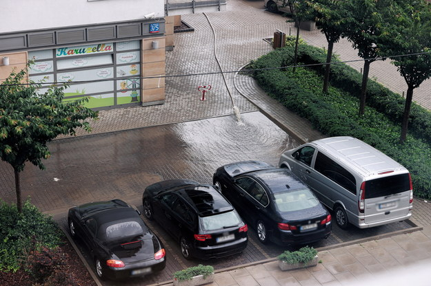 Wypompowywanie wody z garaży na jednym z osiedli mieszkaniowych na Woli, po ulewnych deszczach przechodzących nad stolicą /Mateusz Marek /PAP