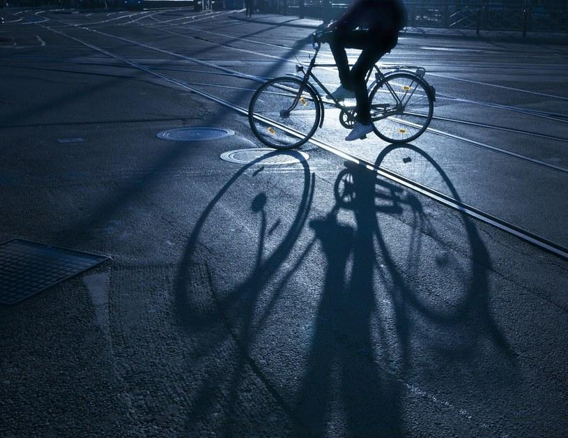 Wyposażenie roweru we właściwe oświetlenie to, obok kasku, najistotniejsza czynność poprawiająca bezpieczeństwo rowerzystów /123RF/PICSEL
