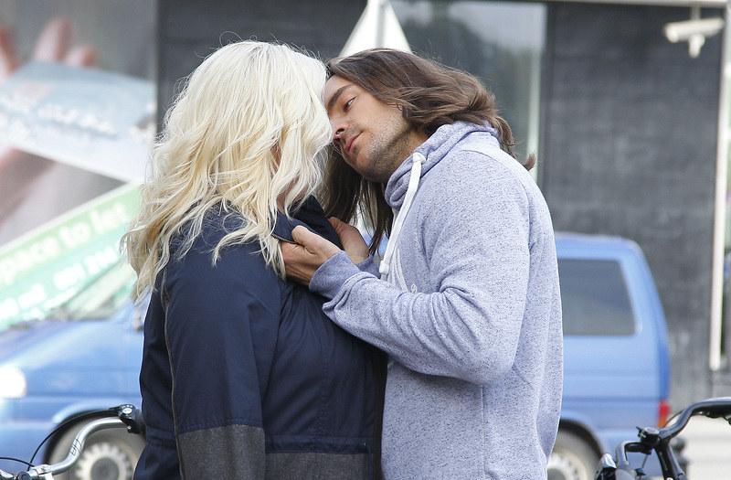 Wyprawa Agaty i Roberta skończy się namiętnym pocałunkiem! /Krzemiński Jordan /AKPA