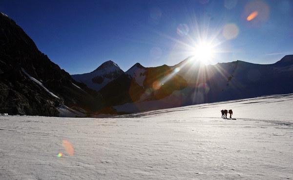 Wyprawa w maju 1953 roku jako pierwsza zdobyła najwyższą górę świata Mount Everest /AFP