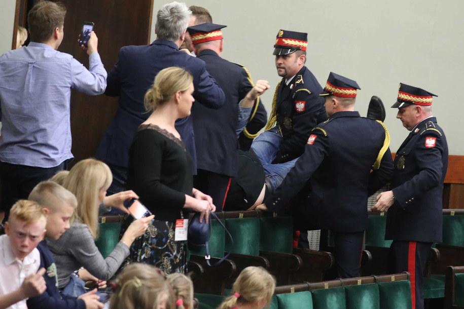 Wyprowadzenie przez Straż Marszałkowską osoby zakłucającej obrady Sejmu / Tomasz Gzell    /PAP