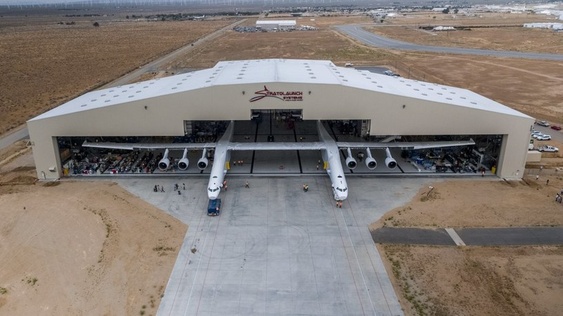 Wyprowadzenie Stratolaunch z hangaru /materiały prasowe