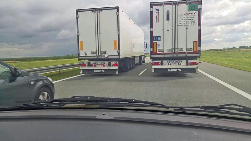 Wyprzedzające się tiry często tamują ruch na autostradach i drogach ekspresowych /INTERIA.PL