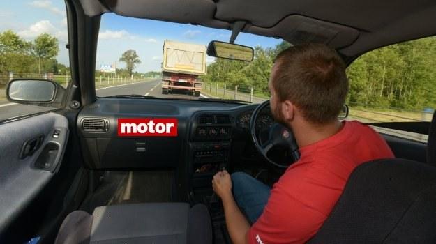 """Wyprzedzanie """"na ślepo"""" to największy problem związany z używaniem w polskich warunkach samochodu mającego kierownicę po prawej stronie. /Motor"""