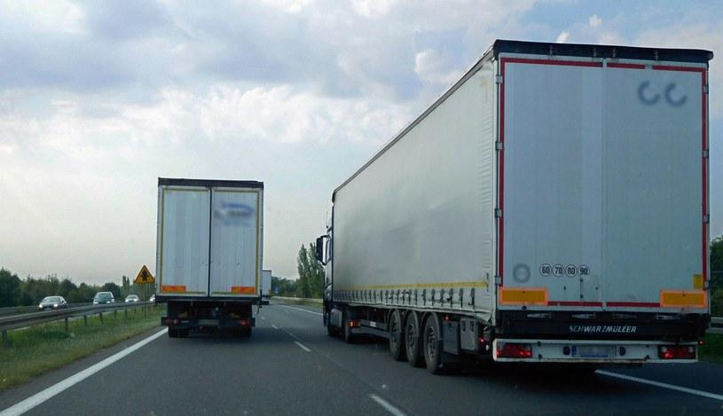 Wyprzedzanie się tirów na autostradzie to nagminna praktyka /Mariusz Grzelak/REPORTER /Agencja SE/East News