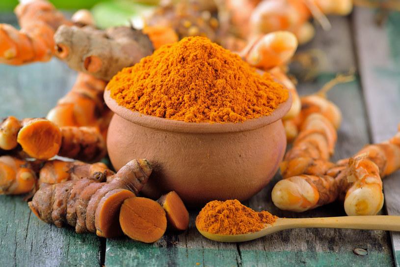 Wyrazisty smak kurkumy podniesie walory smakowe codziennych potraw i pomoże w profilaktyce wielu chorób /123RF/PICSEL