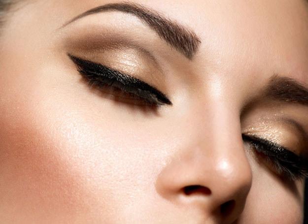 Wyregulowane brwi są pięknym tłem dla idealnej kreski na powiekach /123RF/PICSEL