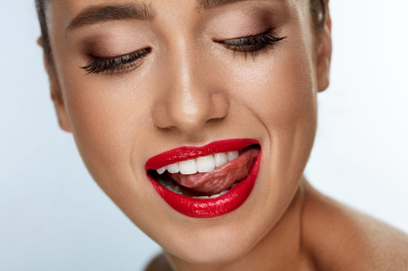 Wyrób w sobie kilka zdrowych nawyków. To pomoże ci utrzymać biel zębów /©123RF/PICSEL