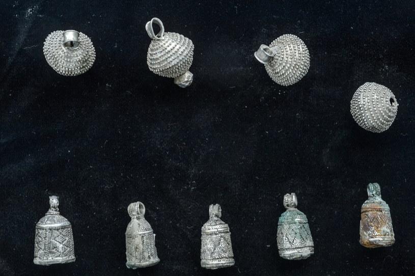 Wyroby jubilerskie datowane na okres IX-XIII wieku zaprezentowane na zamkniętym pokazie w bibliotece Uniwersytetu Marii Curie-Skłodowskiej w Lublinie /Wojciech Pacewicz /PAP