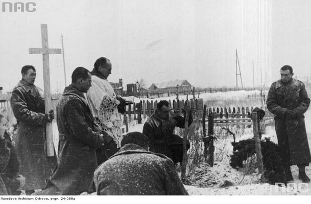 Wyrwani z piekła łagrów trafili do Armii Polskiej w ZSRR. Buzułuk, zima 1941/42, pogrzeb żołnierza na sowieckiej ziemi /Z archiwum Narodowego Archiwum Cyfrowego