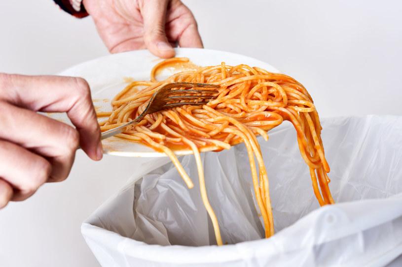 Wyrzucanie jedzenia  to większa produkcja śmieci i zanieczyszczenie środowiska /123RF/PICSEL