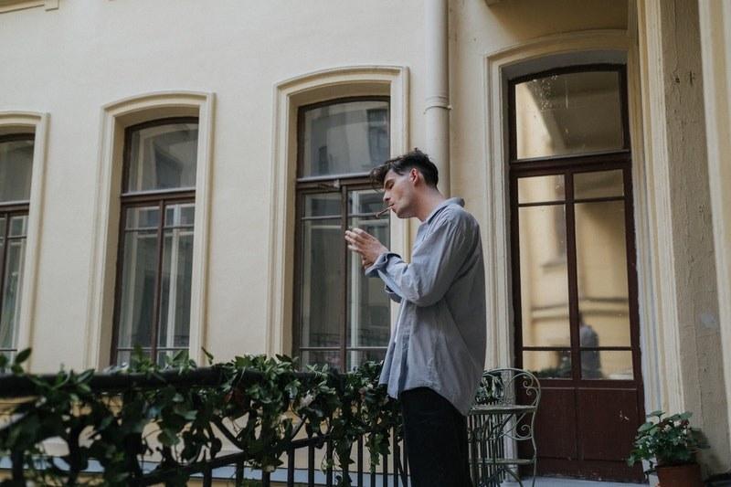 Wyrzucanie niedopałka papierosa przez balkon może słono kosztować. /Pexels.com