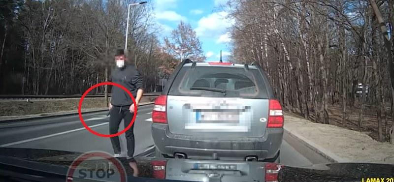 Wysiadł z samochodu i zaczął grozić kierowcy! /YouTube