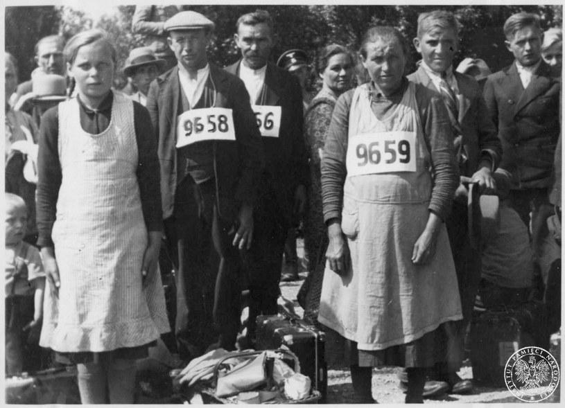 Wysiedleni mieszkańcy Zamojszczyzny po osadzeniu w obozie przejściowym /IPN
