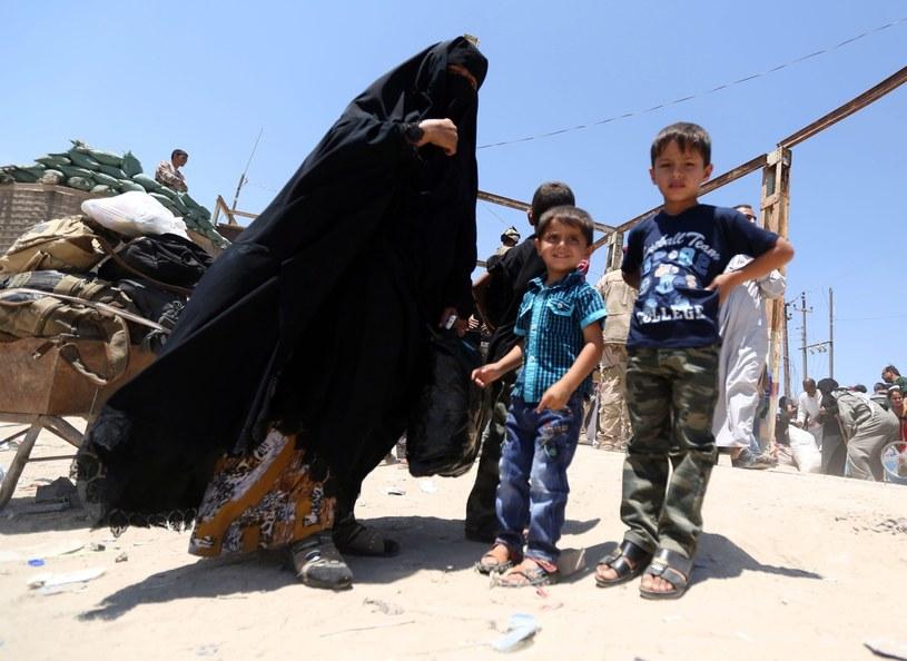 Wysiedleni z Ramadi Irakijczycy uciekają przed dżihadystami z IS /PAP/EPA