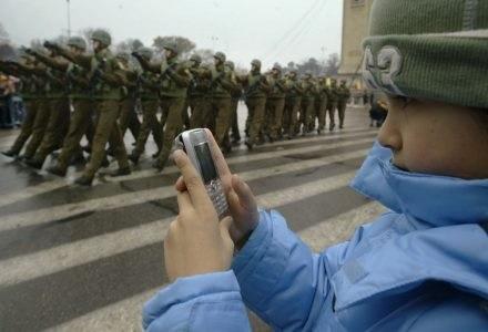 Wysłany SMS trafił tylko do ciebie? Niekoniecznie - podsłuch komórki nie stanowi problemu /AFP