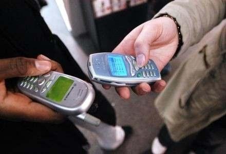 Wysłużone model i multimedialne kombajny, niezależnie od telefonu, Polacy kochają SMS-y /AFP