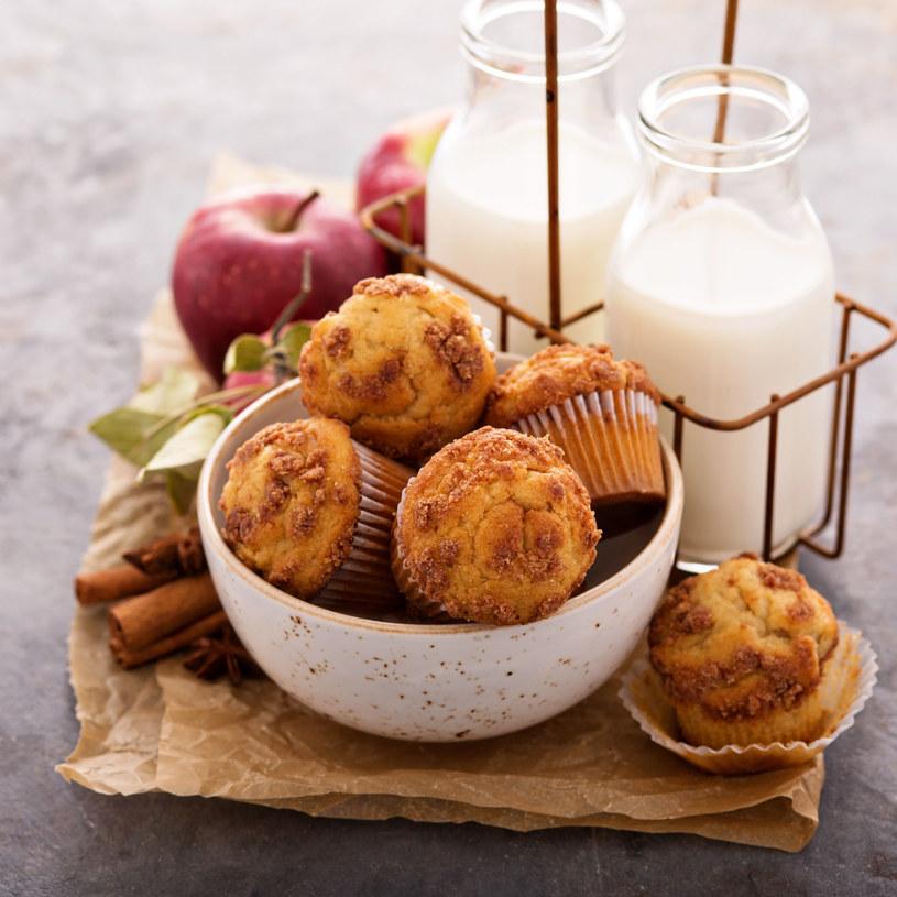 Wyśmienite babeczki z cynamonem i jabłkami /123RF/PICSEL