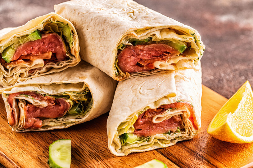 Wyśmienity pomysł na lunch- domowa tortilla z łososiem i warzywami /123RF/PICSEL