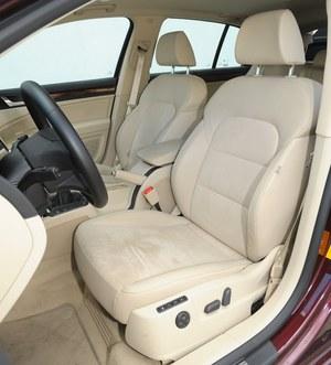 Wysoka jakość foteli. W tym egzemplarzu mają elektryczną regulację i pamięć ustawień. /Motor