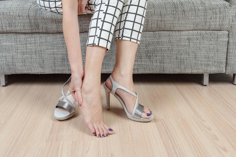 Wysokie obcasy nadwyrężają stopy /©123RF/PICSEL