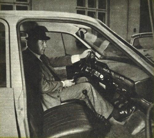 Wysokie siedzenie i duży zakres jego regulacji (20 cm) zapewniają wygodę prowadzenia pojazdu nawet przez wysokich kierowców. Kapelusza nie trzeba przy tym zdejmować. Dźwignia zmiany biegów na podłodze. Pod całą szerokością tablicy przyrządów ciągnie się półka. /Motor