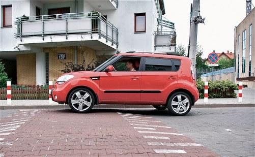 Wysokość ok. 7-10 cm, można przez niego przejeżdżać z prędkością 18-30 km/h. /Motor
