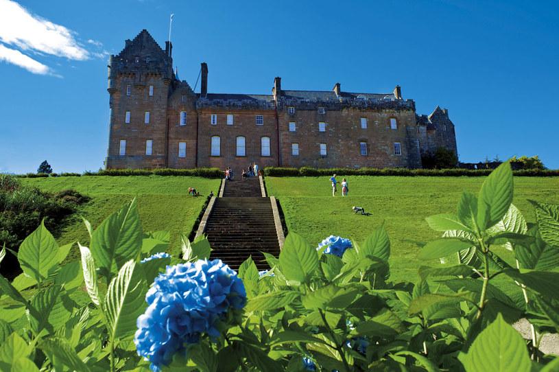 Wyspa Arran. XVIII-wieczny zamek Brodick, dawna siedziba klanu Hamiltonów. Sylwetka zamku widnieje na szkockich banknotach dwudziestofuntowych /Twój Styl