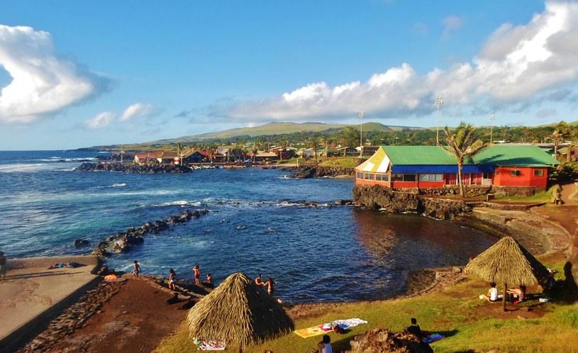 Wyspa Wielkanocna słynie z przepięknych widoków. W tle widać stadion Hanga Roa /commons.wikimedia.org /
