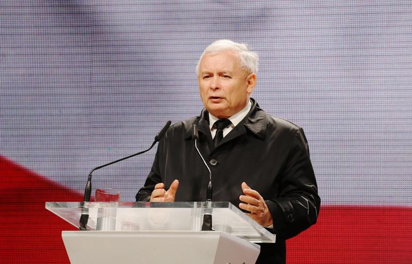 Wystąpienie prezesa PiS Jarosława Kaczyńskiego przed Pałacem Prezydenckim /Paweł Supernak /PAP